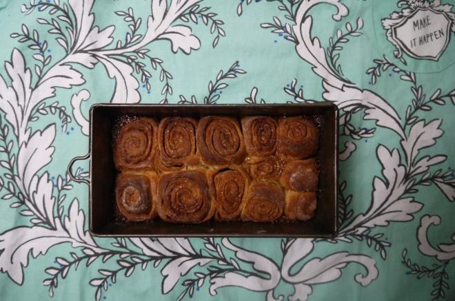 no-knead caramel cinnamon bun - trustinkim